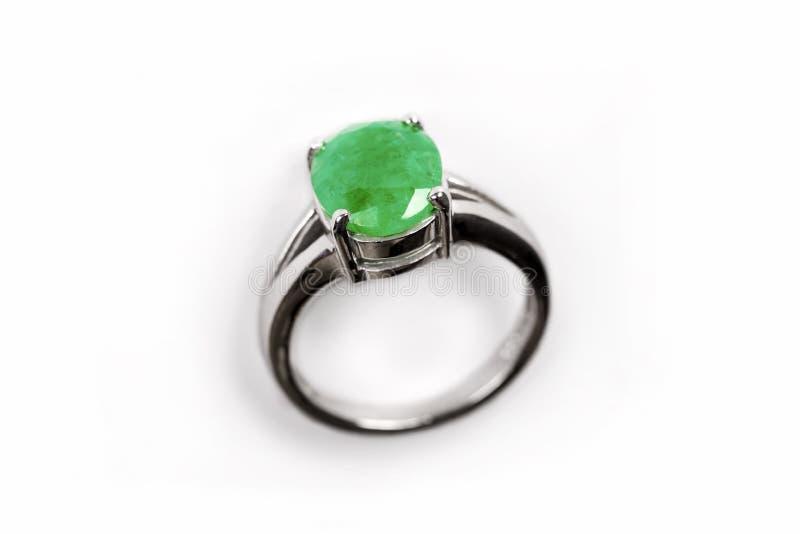 Anneau de luxe avec la gemme verte d'isolement sur le fond blanc photographie stock