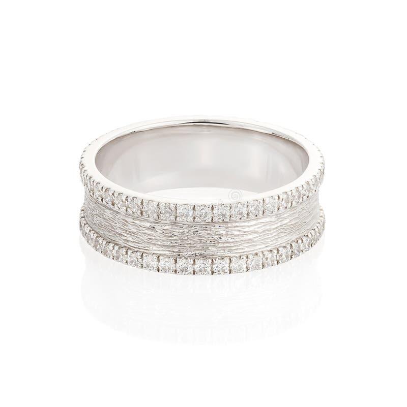 Anneau de mariage d'or blanc avec des diamants d'isolement sur le fond blanc photos libres de droits