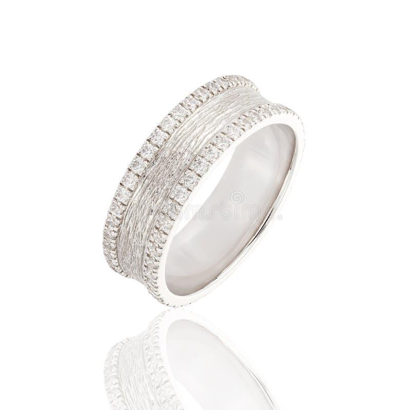 Anneau de mariage d'or blanc avec des diamants d'isolement sur le fond blanc image libre de droits
