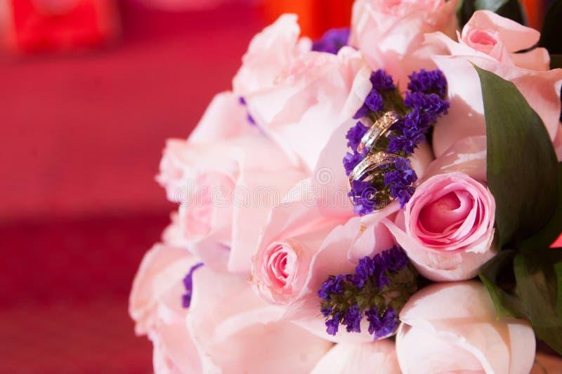 Anneau de mariage dans les roses photo stock
