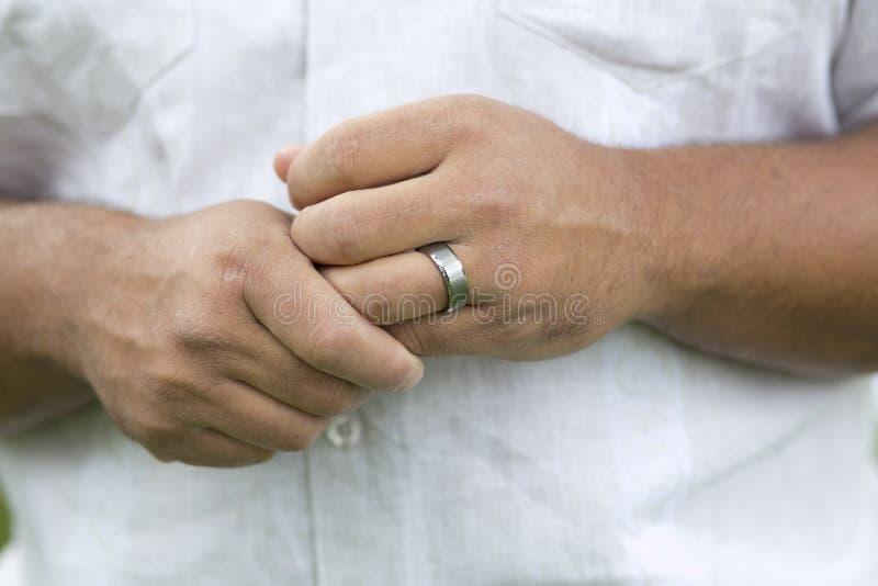 Anneau de mariage de l'homme photographie stock libre de droits