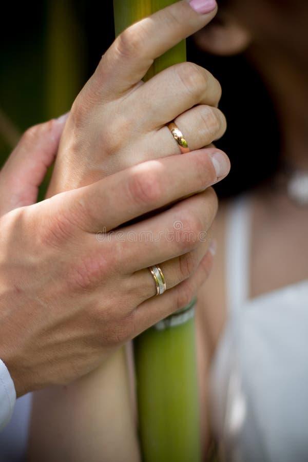 Anneau de mariage sur la main de couples images stock