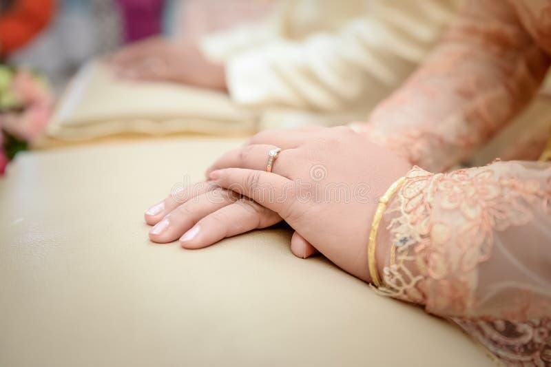 Anneau de mariage sur la main de jeune mariée photos stock
