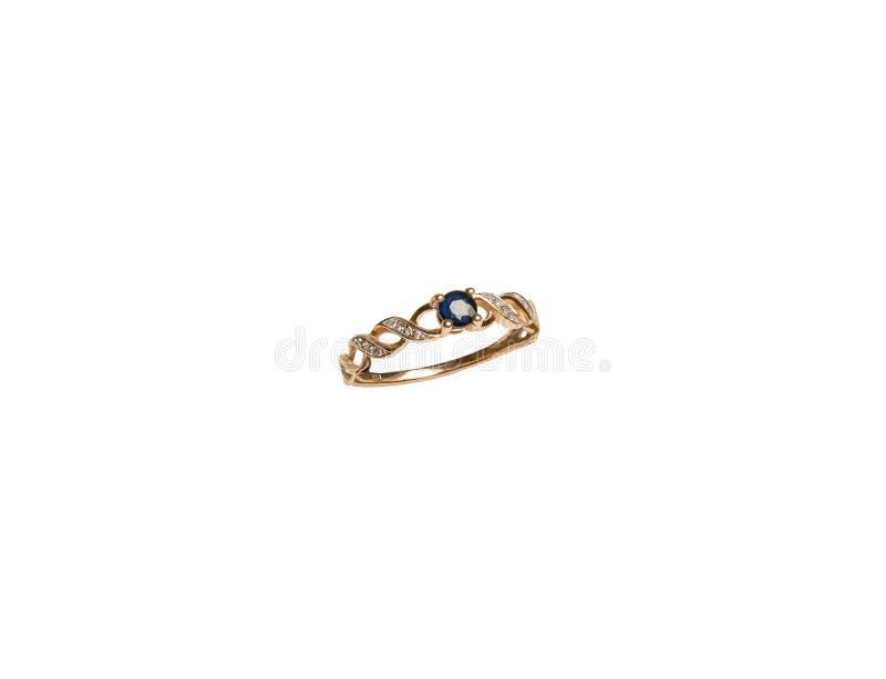 Anneau doré à bijoux avec un diamant bleu foncé isolé sur fond blanc photos stock