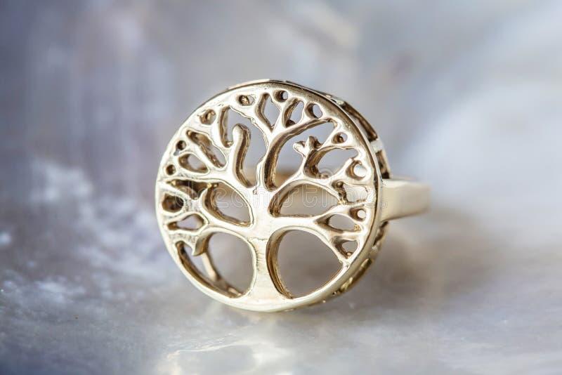 Anneau en laiton en métal dans la forme de l'arbre dans le mandala images libres de droits