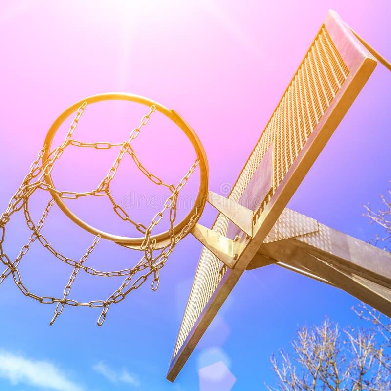 Anneau moderne de basket-ball en métal d'anti-vandale sur l'au sol de sport images stock
