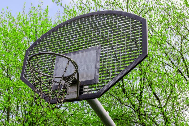 anneau pour le basket-ball et un champ pour jouer au basket-ball, anneaux à chaînes, sur un fond de ciel bleu, cercle de basket-b photographie stock libre de droits
