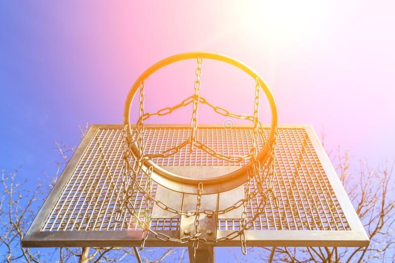 Anneau superpuissant de basket-ball en métal moderne sur l'au sol de sport sur le fond du ciel bleu photo stock