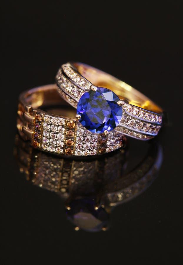 Anneaux élégants de bijoux avec des brilliants photographie stock libre de droits