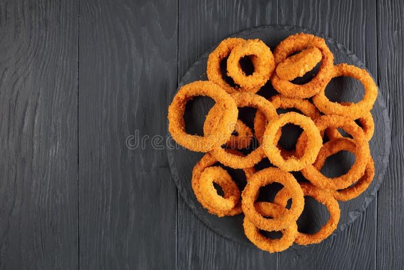 Anneaux d'oignon croustillants cuits à la friteuse savoureux photographie stock