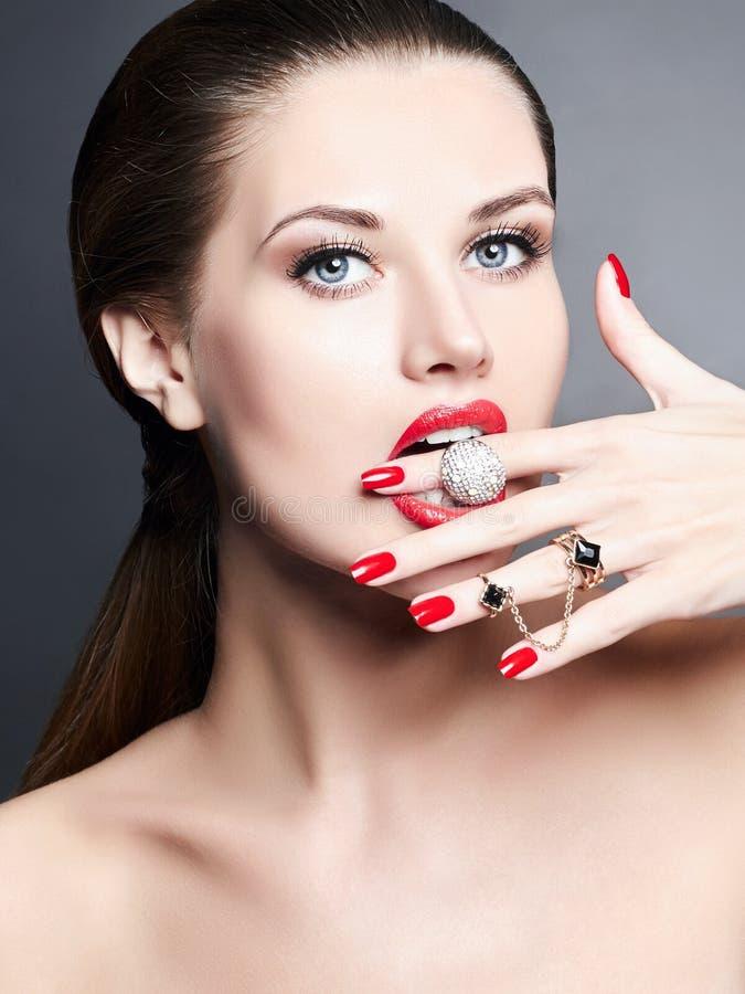 Anneaux de bijoux fille de beauté avec le maquillage et la manucure images libres de droits