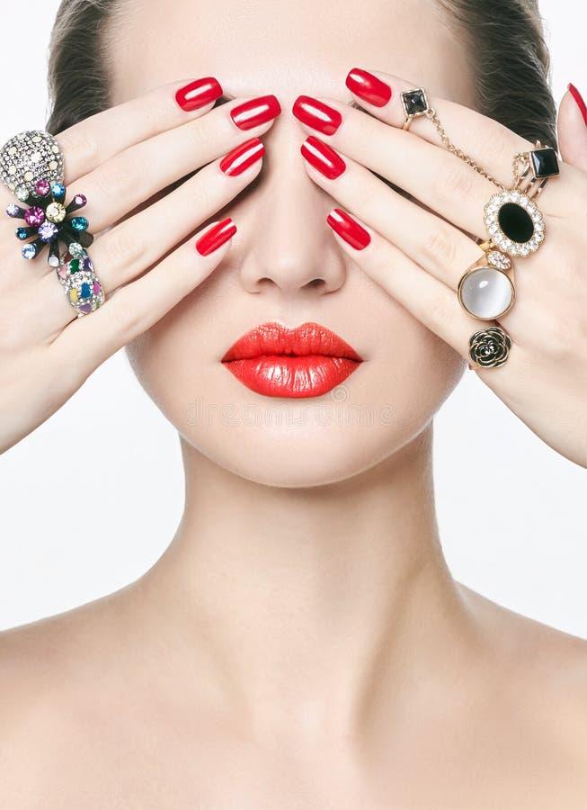 Anneaux de bijoux fille de beauté avec le maquillage et la manucure photo stock