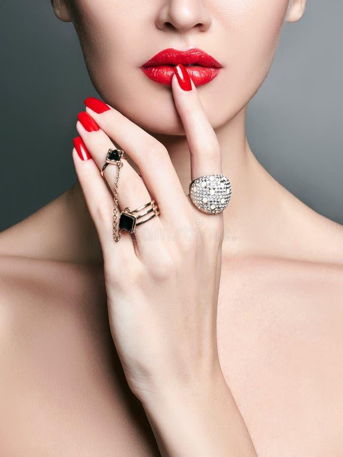 Anneaux de bijoux fille de beauté avec le maquillage et la manucure image libre de droits