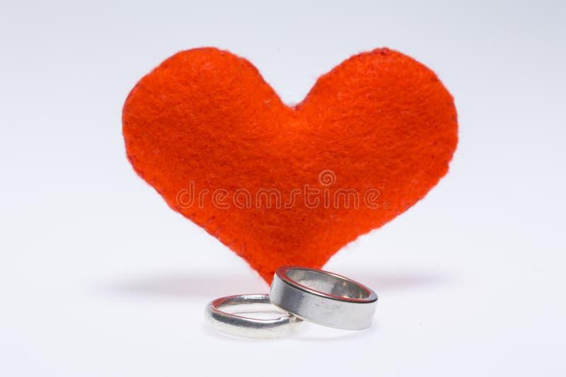 Anneaux de couples et un coeur photos libres de droits