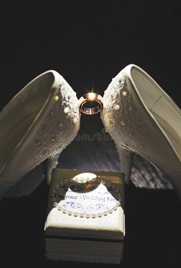 Anneaux de mariage avec de l'or rouge images stock