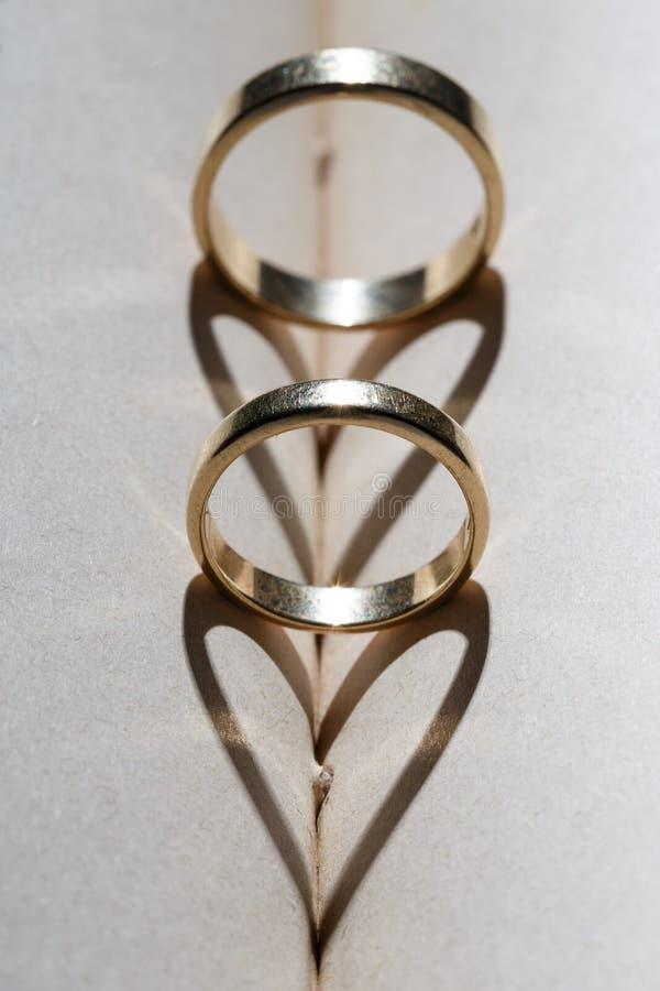 Anneaux de mariage d'or photo stock