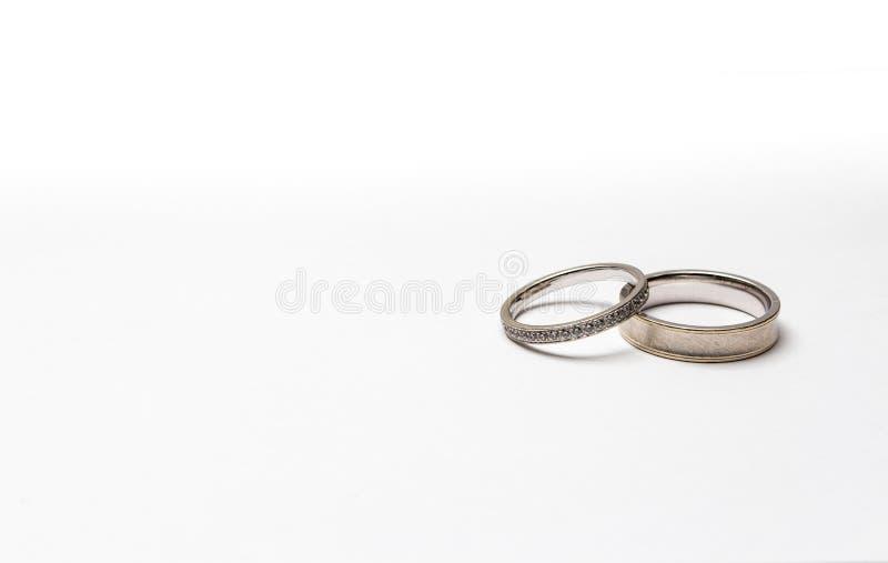 Anneaux de mariage d'or, d'isolement sur le blanc photo libre de droits
