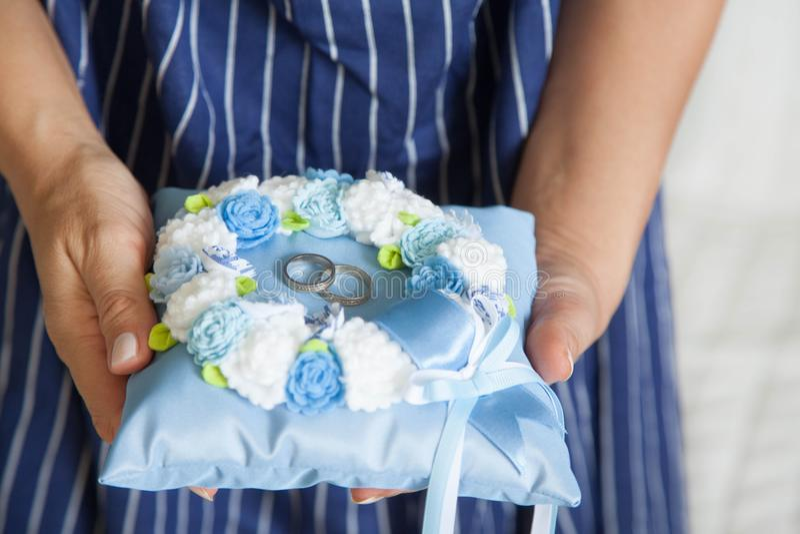 Anneaux de mariage d'or sur le petits bleu et coussin de turquoise images stock
