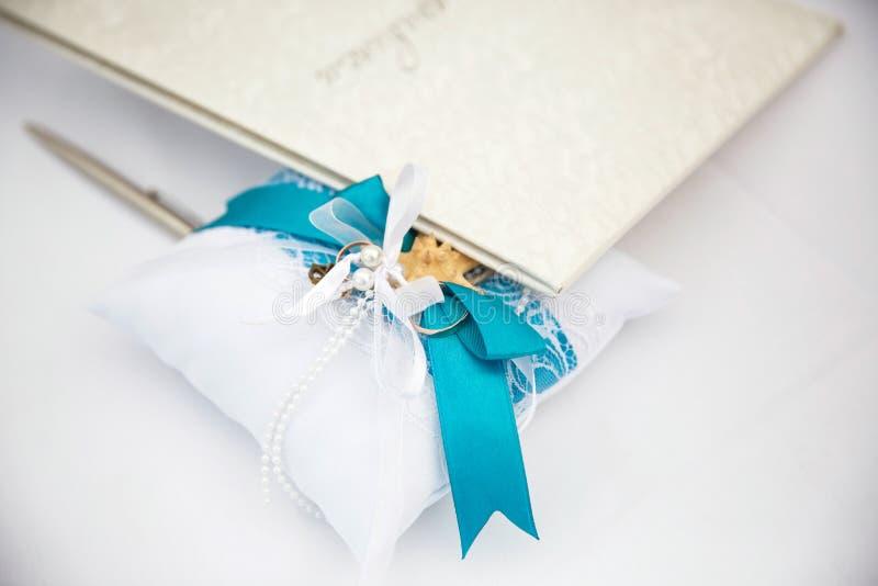 Anneaux de mariage d'or sur une surface légère avec l'inscription images stock
