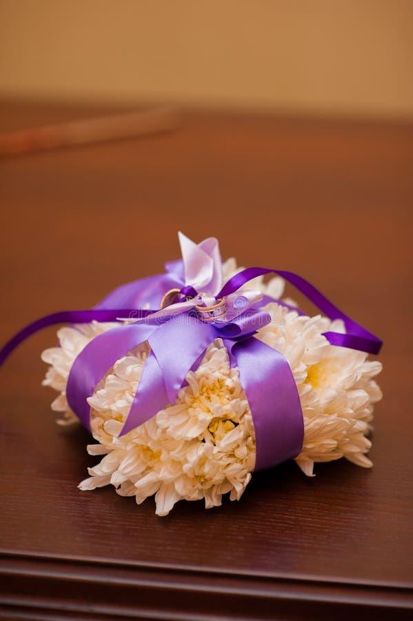Anneaux de mariage d'un couple nouveau-marié sur un coussin pour des anneaux image libre de droits