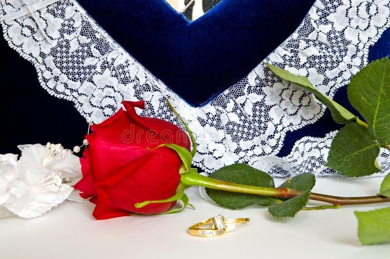 Anneaux de mariage et Roses-4 images stock