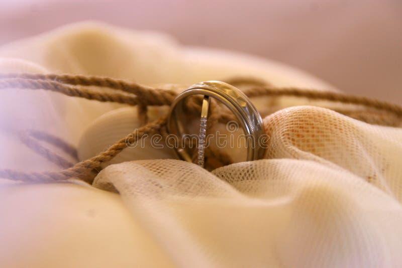 Anneaux de mariage sur l'oreiller, anneaux de mariage d'idée de fond sur l'oreiller photo stock