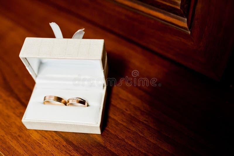 Anneaux de mariage sur la boîte photos libres de droits