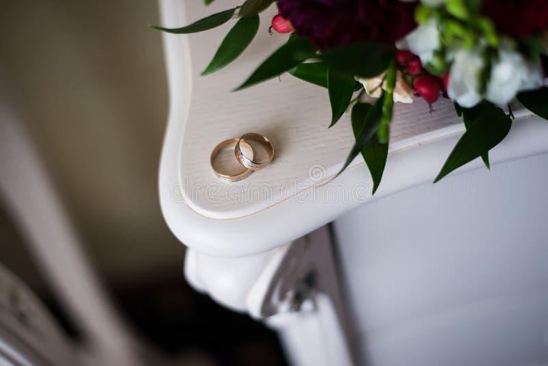 Anneaux de mariage sur la raboteuse antique blanche images libres de droits