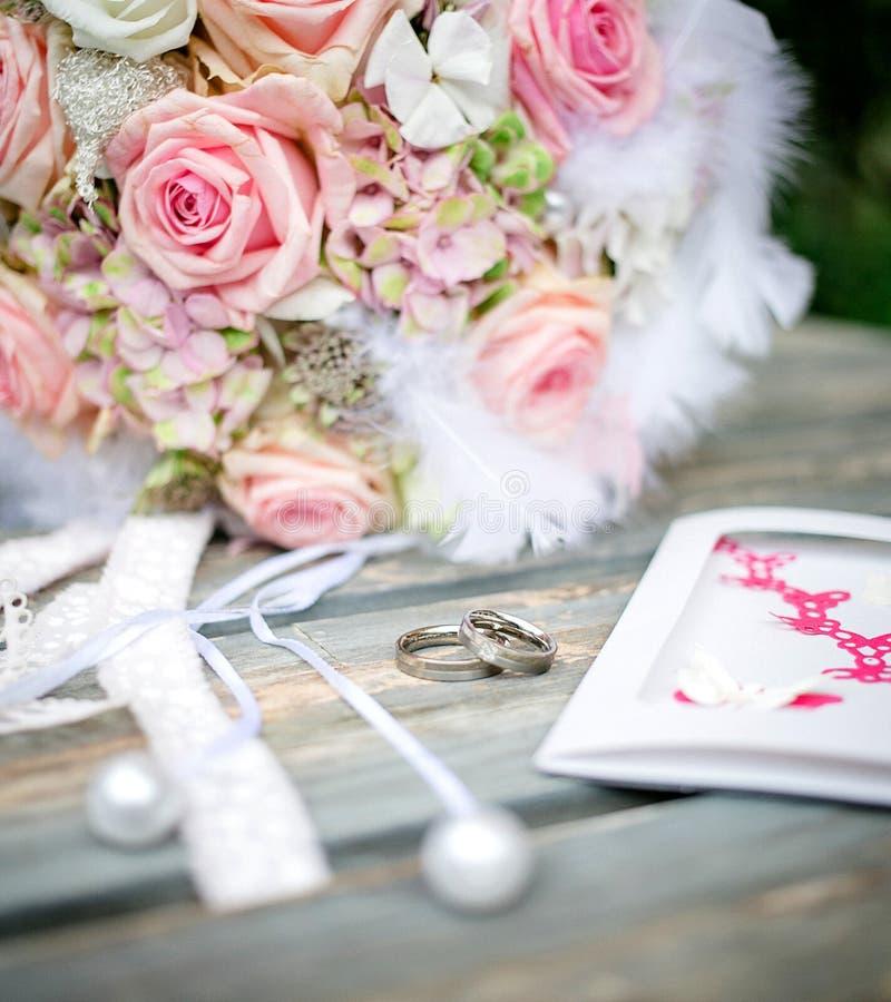 Anneaux de mariage sur la table photos libres de droits