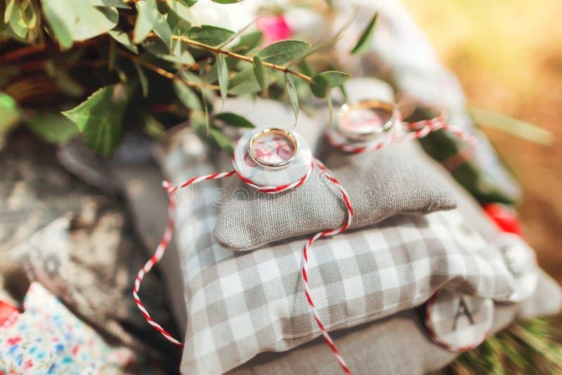 Anneaux de mariage sur le coussin gris image libre de droits