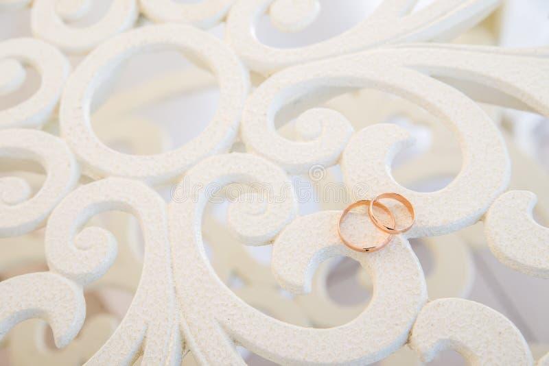 Anneaux de mariage sur le fond clair de filigrane de vintage photo stock