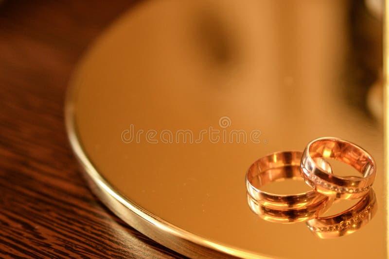 Anneaux de mariage sur le fond en bois avec l'espace de copie Concept de l'amour et du mariage images stock
