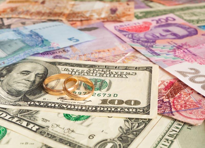 Anneaux de mariage sur le fond international d'argent Mariage de commodit? photographie stock