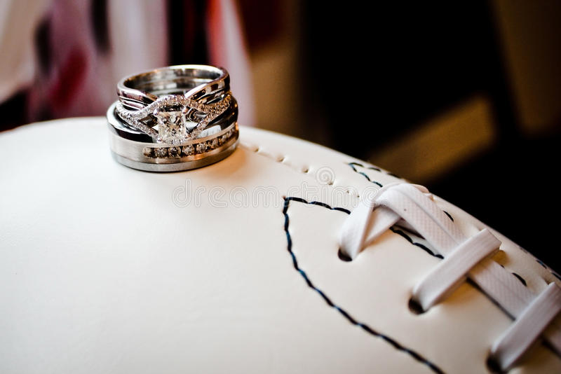 Anneaux de mariage sur le football photos stock