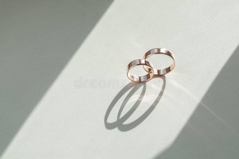 Anneaux de mariage sur une carte de mariage sur fond blanc, deux anneaux de mariage dorés isolés sur fond blanc, anneaux de maria images stock