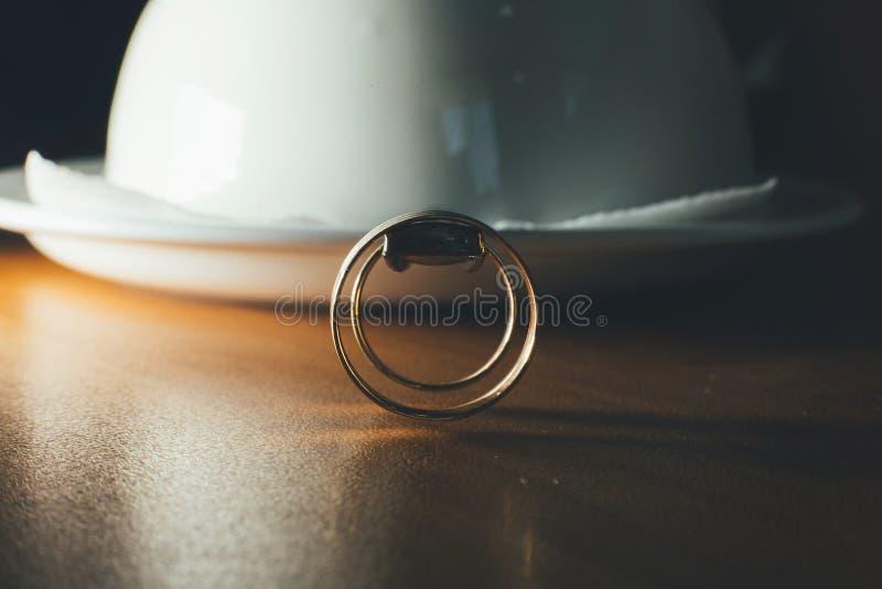 Anneaux de mariage, une tasse de café photo libre de droits