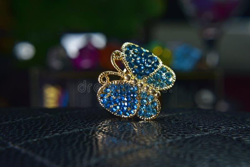 Anneaux de papillon d'or décorés de la belle aigue-marine comme bijoux images libres de droits