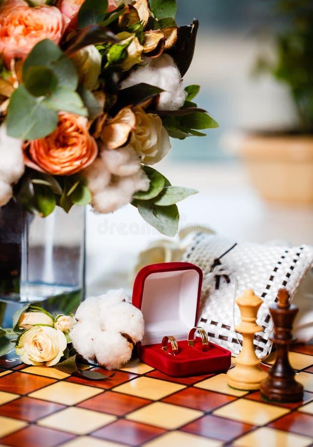 Anneaux et échecs de mariage photo stock