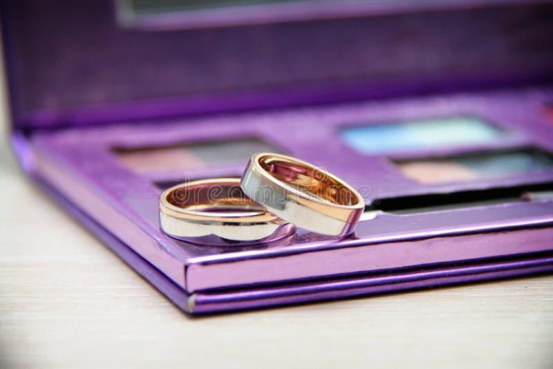 Anneaux les épousant sur un lilas photo stock