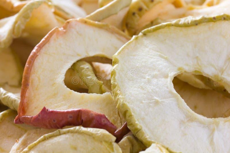 Anneaux secs de pomme avec la peau images stock