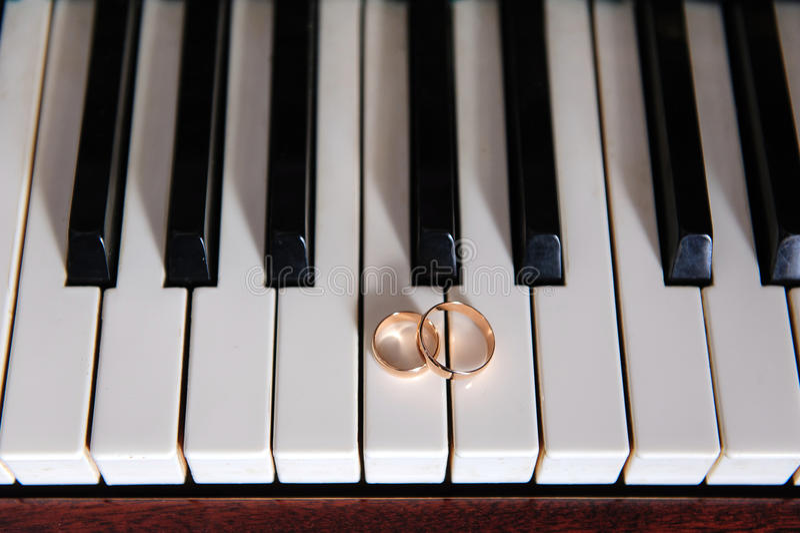 Anneaux sur le piano photographie stock libre de droits