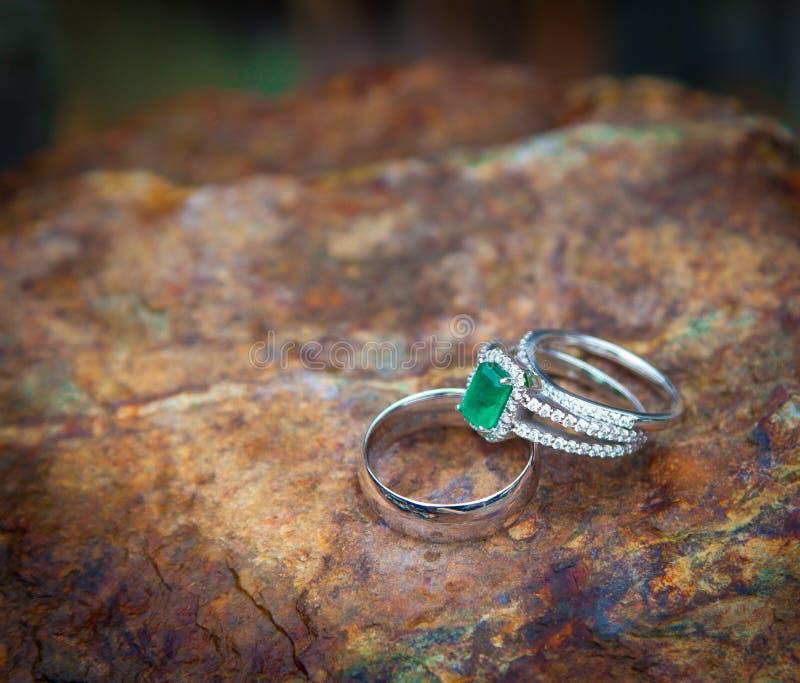 Anneaux verts de fiançailles et de mariage image libre de droits