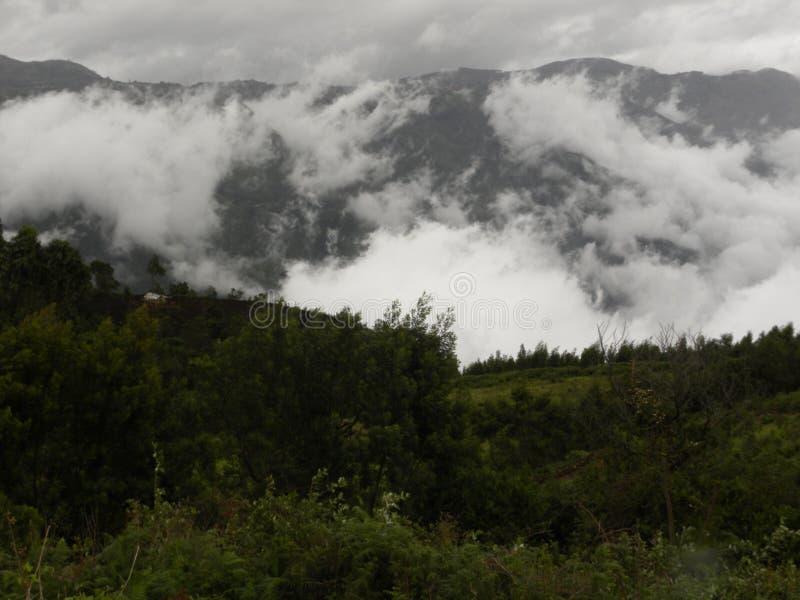 Annebbi, appanni, colline di Palani coperte nuvole dei ghats occidentali fotografia stock libera da diritti