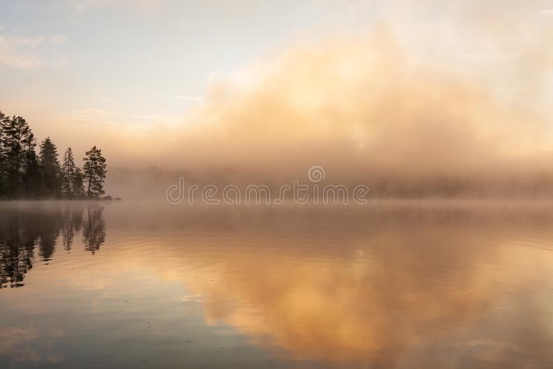 Annebbi aumentare dal lago al waterscape dell'alba immagine stock libera da diritti