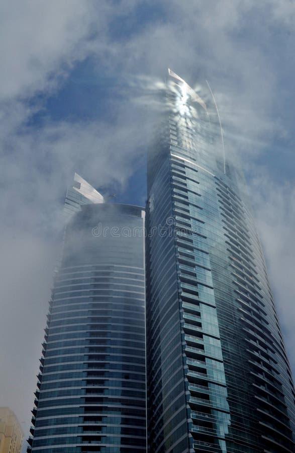 Annebbi e appanni la riflessione interessante circostante di Sun della nuvola sul grattacielo immagine stock