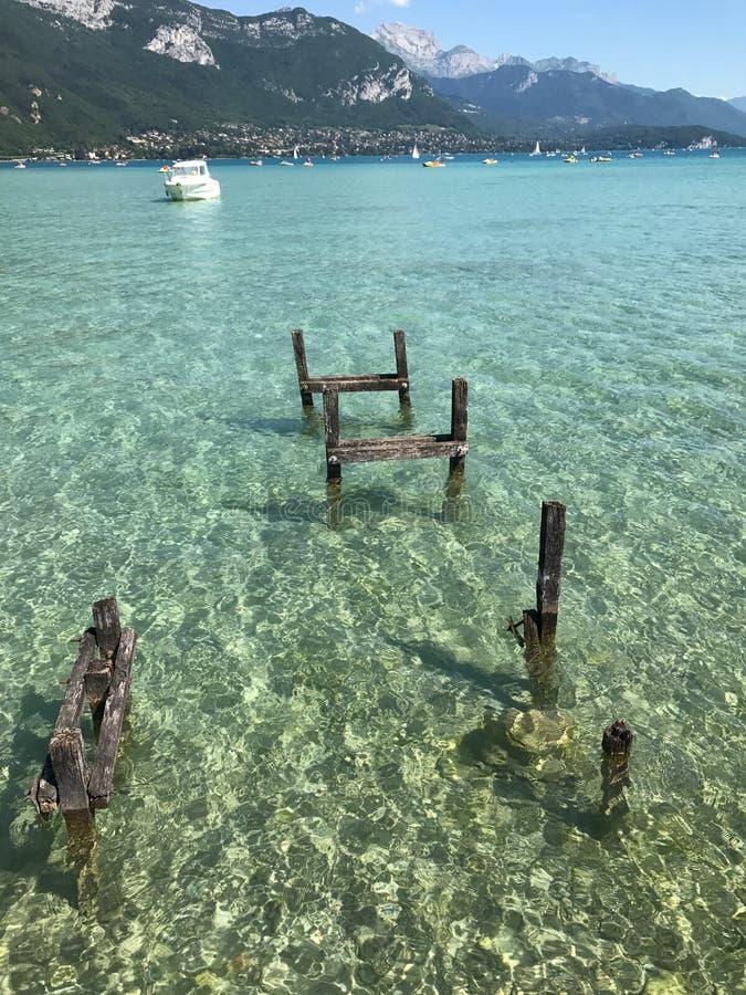 Annecy湖美妙的水  免版税库存图片