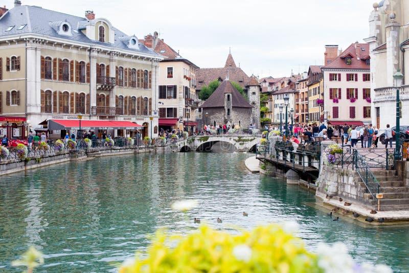 ANNECY, FRANÇA, o 23 de agosto de 2015 - Palais de l'isle, reboque bonito fotografia de stock