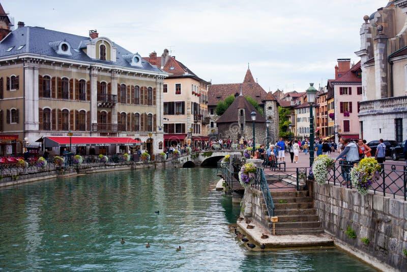 ANNECY, FRANÇA, o 23 de agosto de 2015 - Palais de l'isle, reboque bonito fotografia de stock royalty free