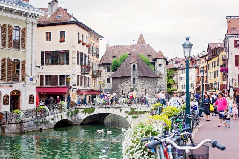 ANNECY, FRANÇA, o 23 de agosto de 2015 - Palais de l'isle, reboque bonito foto de stock royalty free