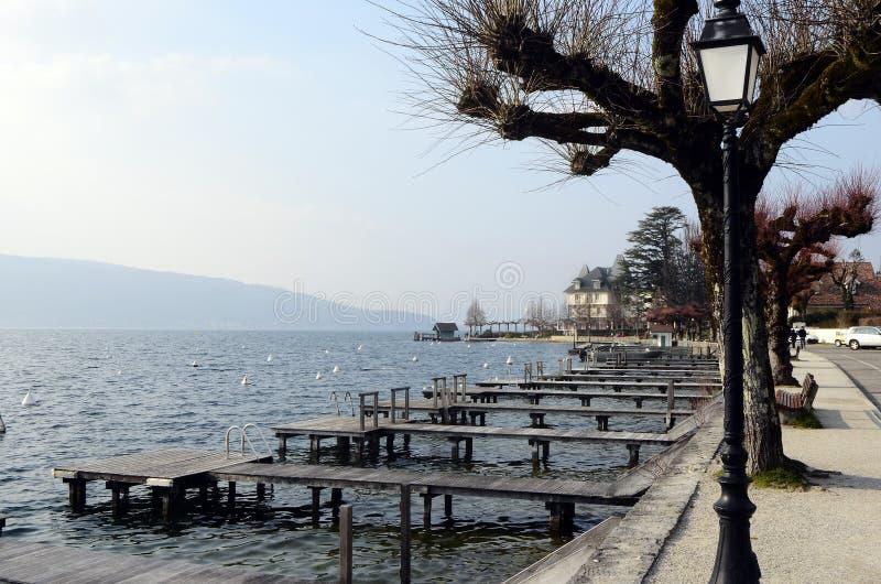 Download Annecy lakeberg fotografering för bildbyråer. Bild av europa - 106836507